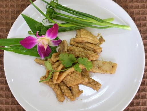 Stir-fried calamari with garlic and pepper, or plameuk pad kratiam prik thai