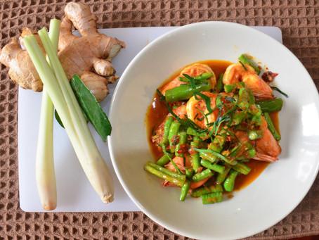 Garnelen im Wok gebraten mit rotem Curry und Schlangenbohnen
