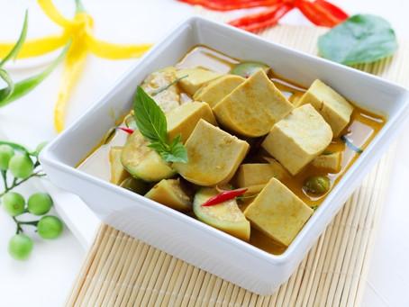 Grünes Tofu-Curry mit Auberginen und Basilikum