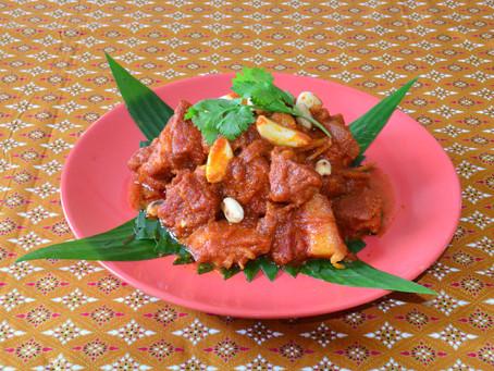 Hungley Curry mit Schweinefleisch, Ingwer und eingelegtem Knoblauch