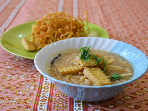 Fried egg noodles with tofu and bamboo shoot in gravy sauce