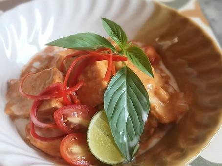 Rotes Tofu-Curry mit Rambutans und Basilikum