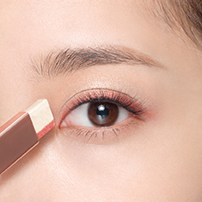How to apply LANEIGE Two Tone Eye Shadow Bar - Step 2