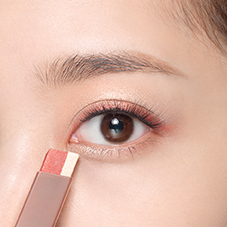 How to apply LANEIGE Two Tone Eye Shadow Bar - Step 3