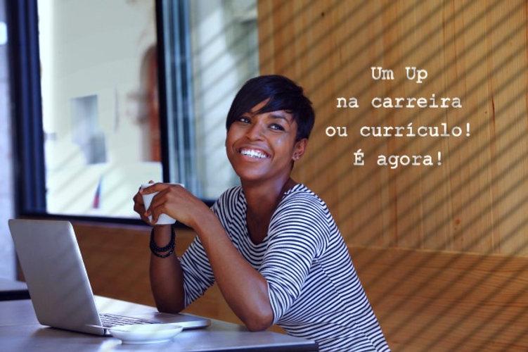 sorrindo-jovem-negra-com-cafe-e-laptop-n