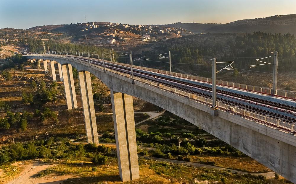גשר 10 בקו הרכבת המהיר לירושלים מעל עמק הארזים בכניסה לירושלים בגובה 89.5 מ׳