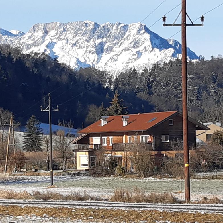 Haus mit Salzburger Untersberg auf den Dich eine Gondel nach oben bringt