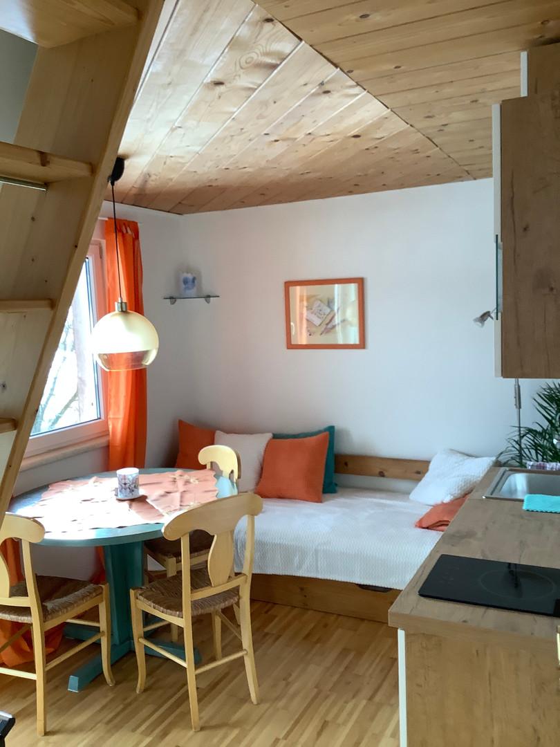 Aufenthaltsbereich mit Küche und Tür zum Balkon