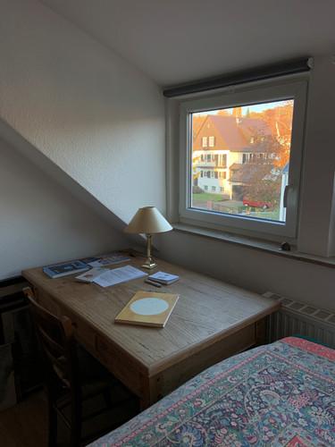 Alter Holztisch mit Blick lädt zum Essen, Verweilen, Briefe schreiben, Lesen oder Puzzeln ein...