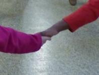 Elle a donné la main à sa petite soeur ....
