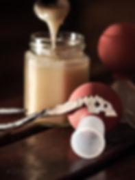 Verikuppauksssa käytettäviä välineitä: sarvet eli imukupit, kuppauskirves ja haavojen käsittelyyn hunajaa.