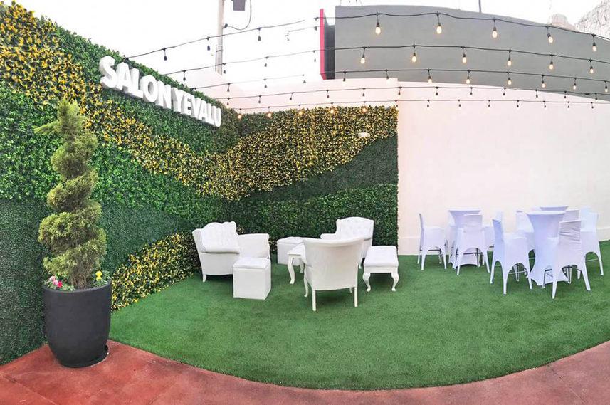Muros_verdes_y_pasto_sintético_en_Salon