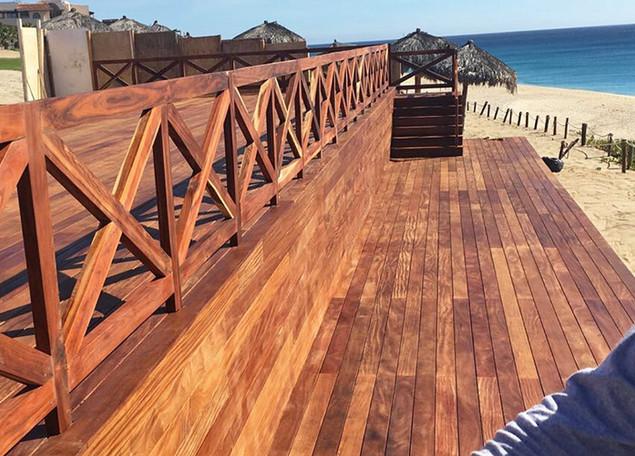 Decks de madera en la playa.jpg