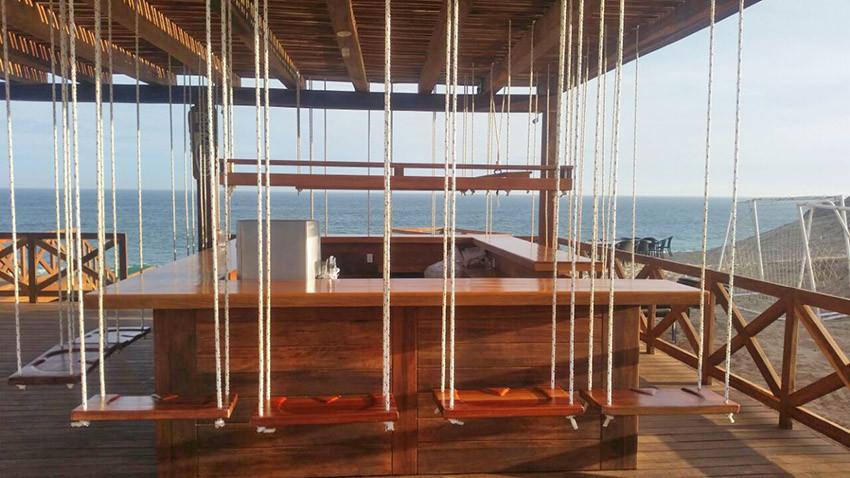 decks madera, barra de madera en playa.j