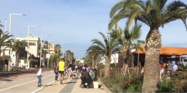 deptak wzdłuż plaży Poetto
