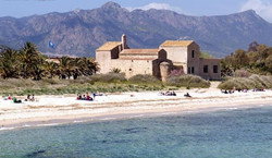 kościołek_Sant_Efisio_przy_plaży_Nora_w_Pula