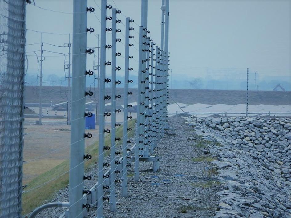 รั้วไฟฟ้าโรงงานไฟฟ้าพลังงานแสงอาทิตย์