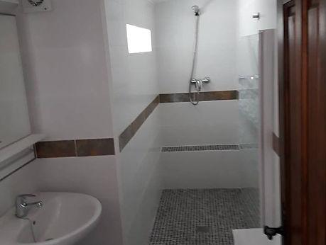 douche en toilet en wastafel