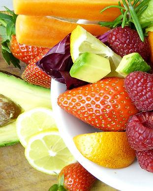 fruits et légumes très colorés et découpés dans une assiette, bilan alimentaire complet, bilan naturopathique, Huiles végétales Oméga 3, oméga 6, EPA – DHA, graisses saturées, AGPI, AGS, AGMI Nutriments Alimentation vivante, vitamines Crudités, légumes, cuisson vapeur, protéines végétales, légumineuses, acides gras essentiels, Alimentation alcalinisante, alcaliniser, alcalin, tamponner les acides, basique, basifier Aliments anti-oxydants, molécules anti-oxydantes Jeûne, jeûne intermittent