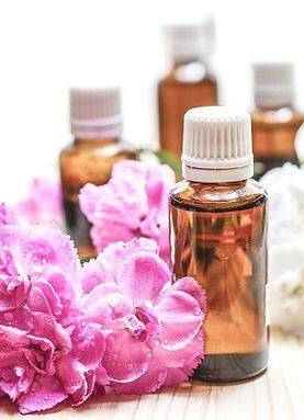 fleurs violettes et blanches autour de flacon de Fleurs de Bach, Cosmétique naturelle, baumes, stick à lèvres, roll on, ateliers, diy, huiles essentielles, hydrolats, déodorant, lotion, produits naturels, quotidien