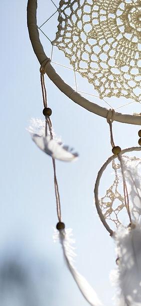 dream catcher, attrape rêve flottant dans le vent, Chamanisme, Spiritualité, Rituel, Cercle de femmes, Partage, Intention, Intimité, Confiance, Reliance, Sororité, Massage sonore, relaxation sonore, voyage sonore, cercle sonore Diapason, diapason lestés, non lestés, diapasons angel, tambour, tambour chamanique, mailloche, koshi, shruti box, carillon, cloche, clochette, bol de cristal, bol de quartz, bol tibétain, kalimba, sansula, grelots africain, guimbarde, chant, chanter, chant spontané, instruments intuitifs, sonothérapie, sonothérapeute, thérapie, son, ondes de forme lithothérapie, quartz, chakra Énergie, soin énergétique, vibration sonore, intention, plan subtil