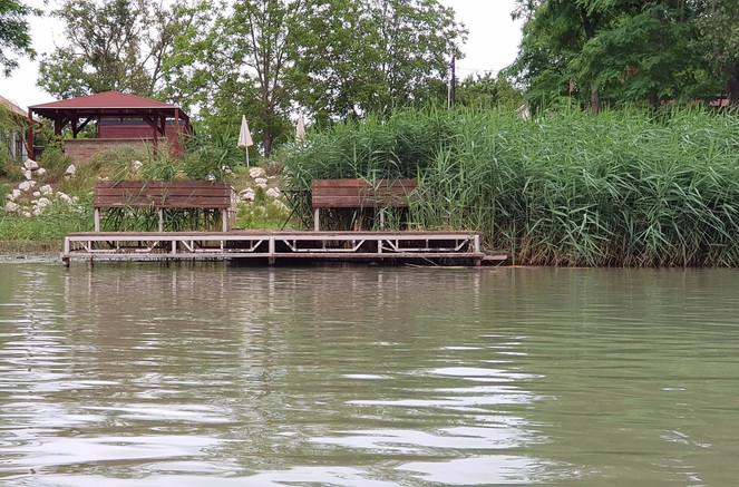 Duna-Parti Vendégház stég és arc a Duna felől