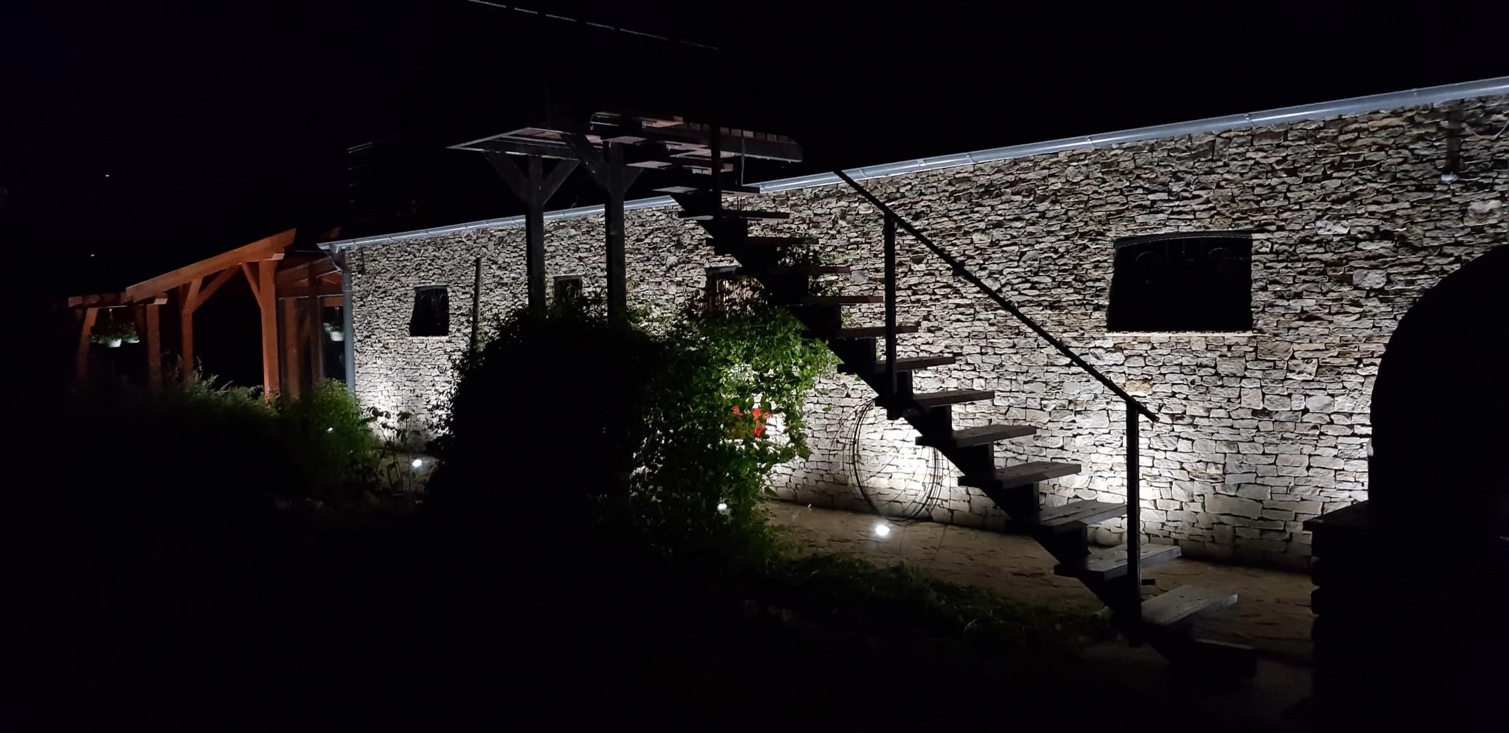 Hangulatvilágítás, esti csend lépcsővel, kemencével