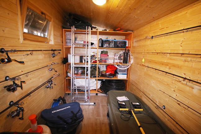 Horgásztároló, botok, orsók, felszerelés