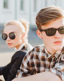 Pár ve slunečních brýlích