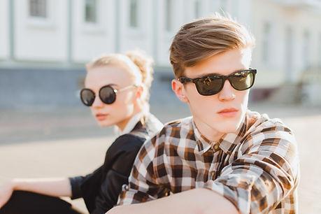 Paare in den Sonnenbrillen