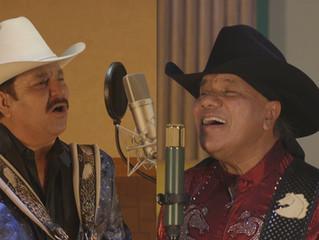 """Los Invasores de Nuevo León  y Bronco  a dueto con el tema  """"Eslabón por Eslabón""""."""