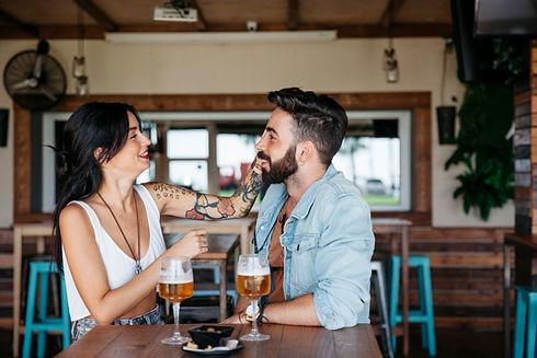 pareja-hablando-bar_23-2147680996.jpg