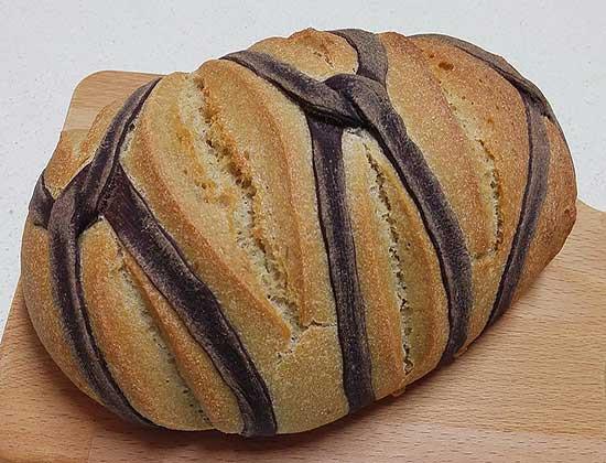 לחם מחמצת עם קישוט של רשת