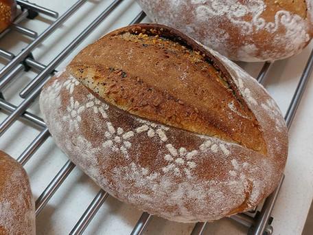 לחם מחמצת עם עטיפת בצק