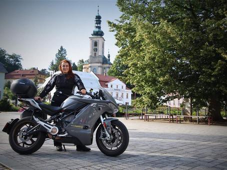 Road trip de Miriam Orlandi 7000km en moto électrique