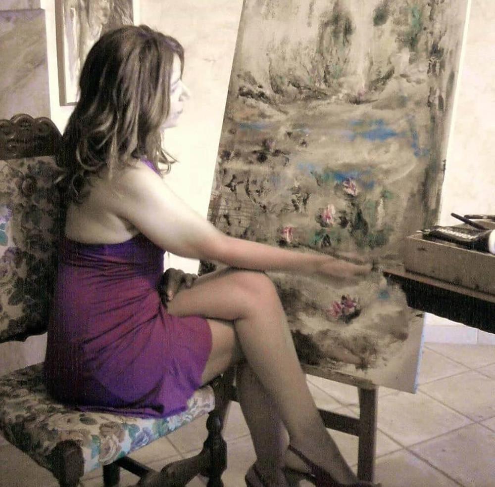 L'artista Anna Capoccetta al lavoro nel suo studio