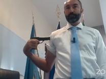 """Consiglio Regionale Lazio, Barillari porta una pistola e si filma: """"Vaccinarsi è una roulette russa"""""""