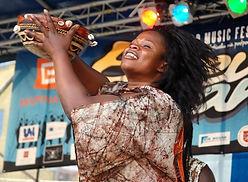 Bijou Camara in Festival Barevna planeta - profesionelle afrikanische Tänzerin und Trommlern