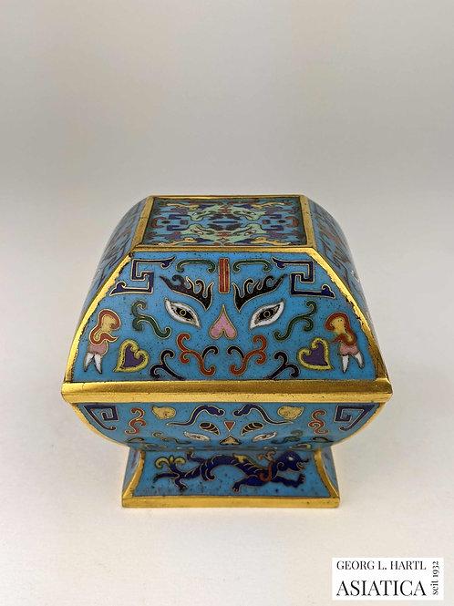 Quadratische Cloisonné-Deckeldose mit archaischem Dekor, 18. Jh., China