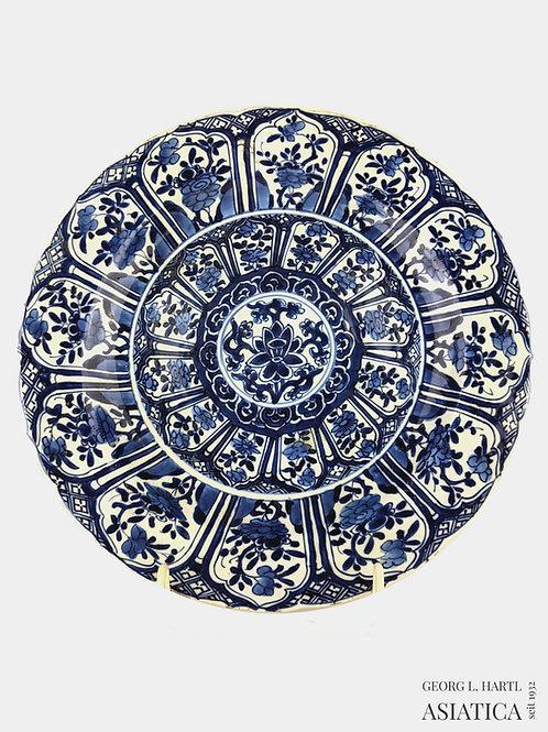 Kobaltblauer Teller mit Blumendekor, Kangxi, China