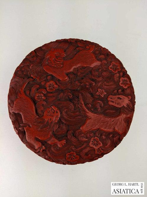 Beschnitzte Rotlack-Dose mit Tier Dekor, 18. Jh., China