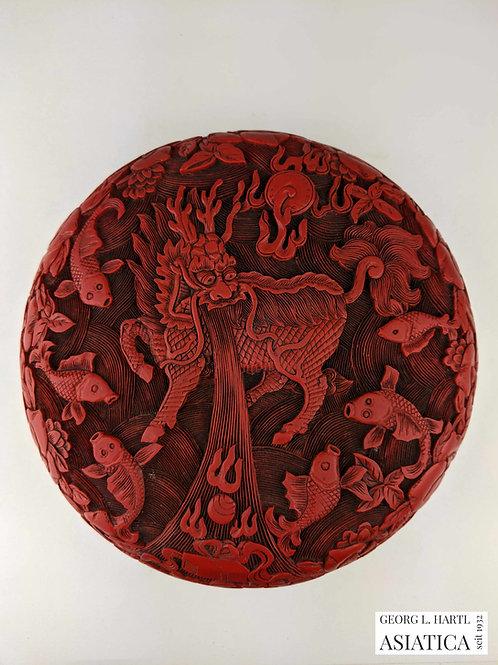 Zweiseitige Rotlack-Dose mit Fo-Hund- und Qilin-Dekor, 19. Jh., China