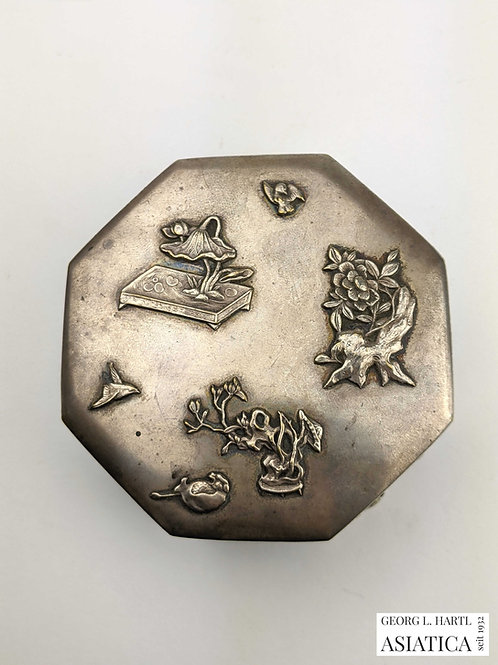 Silberne Deckeldose mit Naturmotiven, um 1900, China