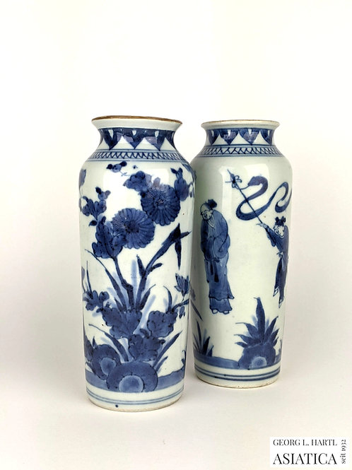 Paar 'Sleeve'-Vasen mit Blumen- und Personendekor, Transitional Period, China
