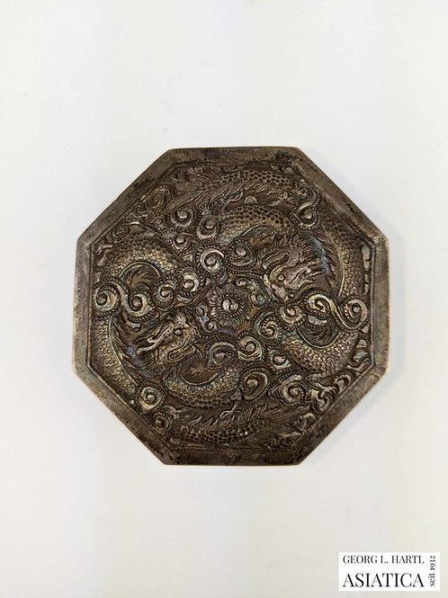 Silberne Deckeldose mit Drachenmotiv, um 1900, China