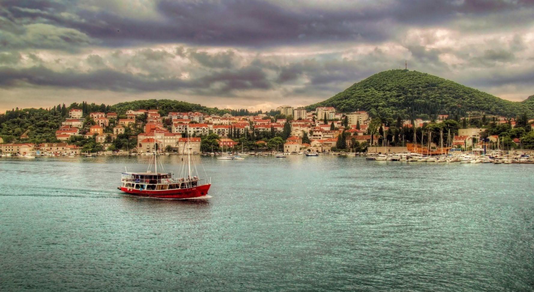 dubrovnik_croatia_boat-wallpaper-2048x11