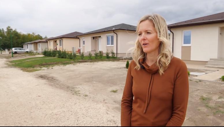 Gergório-Takács Éva, a Erdőszél lakópark tulajdonos-ügyvezetője beszélt az RTL Most stábjának a nagyszentjánosi természetközeli lakópark építéséről