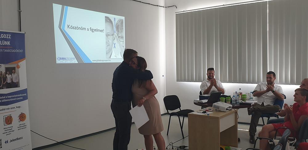 Eszti az elismerés után egy hatalmas ölelést is kapott a cégtulajdonosunktól, Fazekas Norbitól a Global szakmai nap záróelőadását követően - Fotó: BM