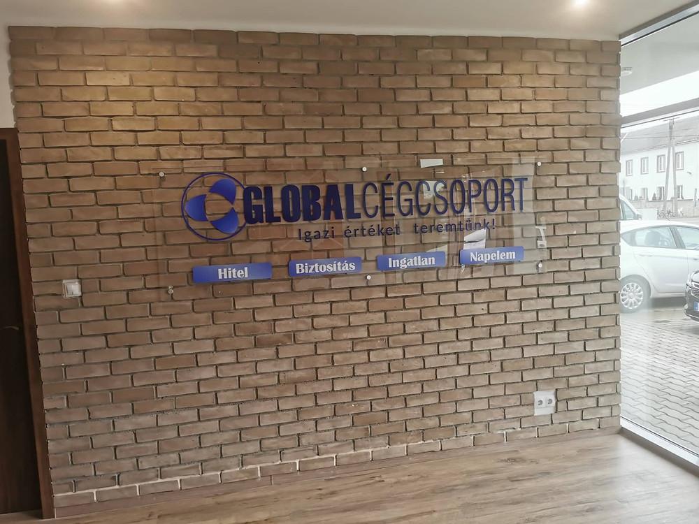 A téti iroda belső falán már ott van a Global Cégcsoport logója