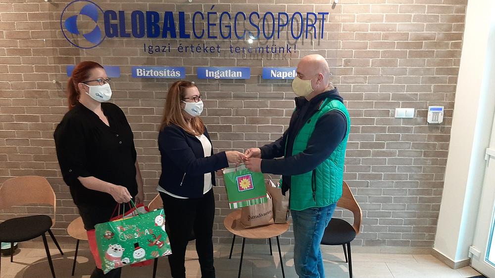 Az adománygyűjtést kolléganőnk, Kovács-Szűts Martina szervezte, akinek az átadásnál Viola Eszter, a cég ügyvezetője segédkezett.